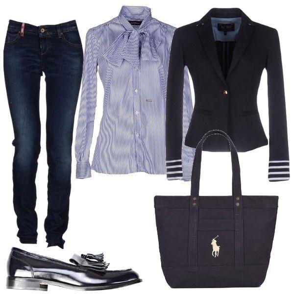 Per questo outfit: bellissima camicia a righe con fiocco, blazer blu scuro con righe sui polsini, jeans blu scuro, mocassini blu con nappine e maxibag blu scuro.
