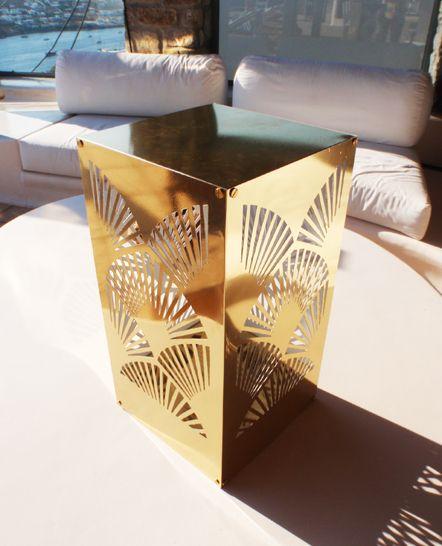 Διακοσμητικό χρυσό μεταλλικό κηροπήγιο - φανάρι εξωτερικού χώρου. Κατασκευή για ιδιωτικό event στη Μύκονο. Δείτε περισσότερα έργα μας στο http://www.artease.gr/interior-design/emporikoi-xoroi/