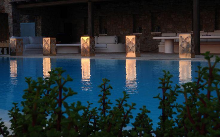 Φωτιστικά πισίνας / εξωτερικού χώρου από διάτρητο μέταλλο. Δείτε περισσότερα έργα μας στο http://www.artease.gr/interior-design/emporikoi-xoroi/