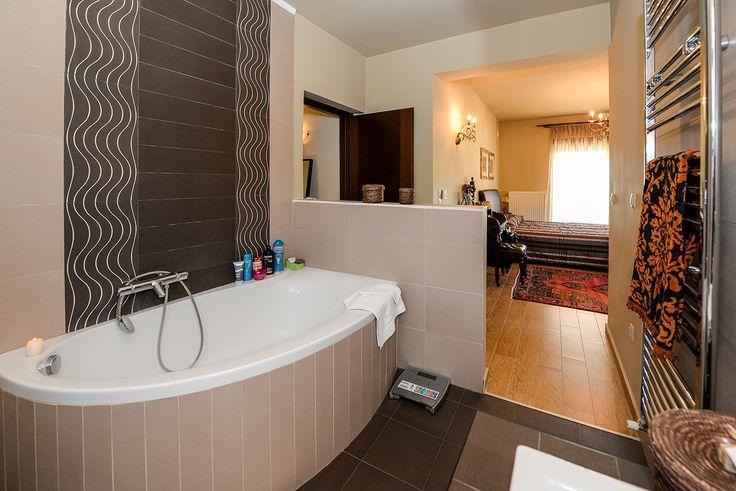 Πρωτότυπο μπάνιο με σχεδόν ενιαίο χωρο με το σαλόνι. #efimesitiko #realestate #evros