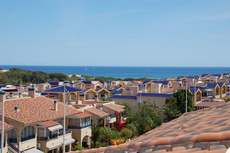 Z ogromnego tarasu jest piękny widok na morze i wybrzeże Costa Blanca