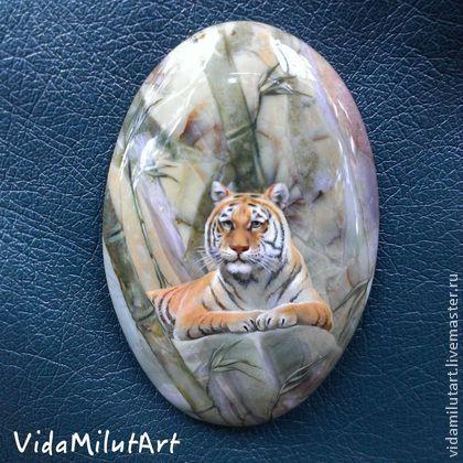 Роспись по камню ручной работы. Ярмарка Мастеров - ручная работа. Купить Тигр в бамбуковой роще на яшме. Handmade. Зеленый, зверь