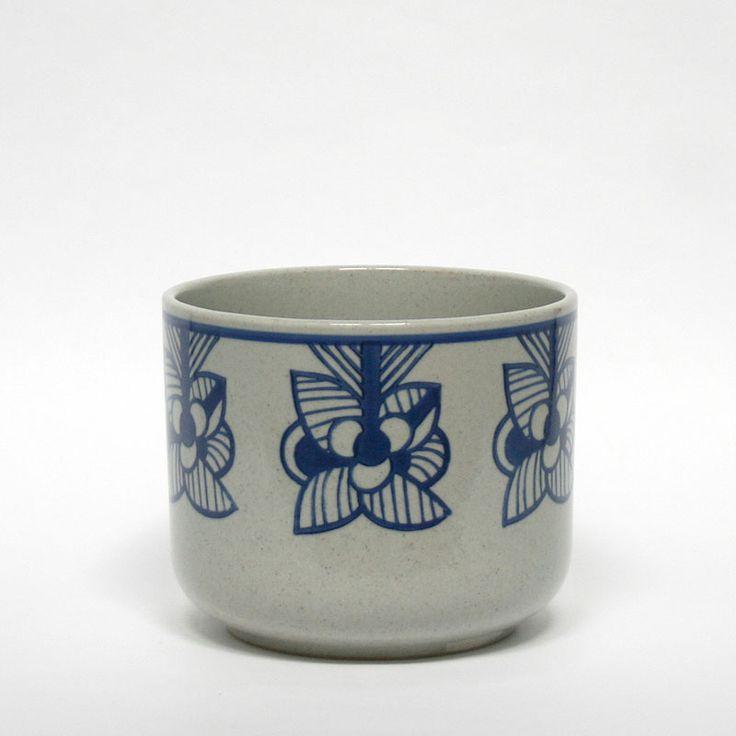 インテリア雑貨・北欧雑貨の「Lisa Larson × 波佐見焼/鉢カバー「flora」 blue stripe flower/リサ・ラーソン」通販です。