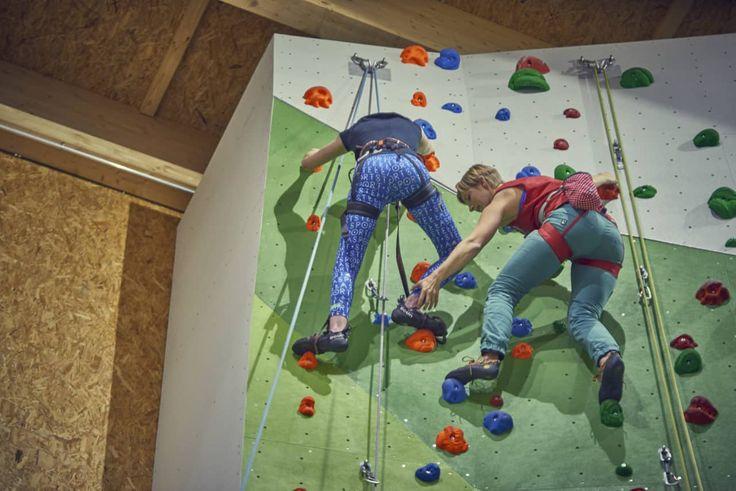 Klettern trotz Rollstuhl!   Ich konnte mir noch nicht genau vorstellen, wie das Klettern mit Rollstuhl aussehen sollte biswir zusammen in ein Kletterzentrum fuhren.
