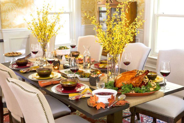 Sala de mese,: atractiv Sufragerie decor pentru Ziua Recunoștinței cu dreptunghiular închis masa Plus lung Brown Sheet masă și Chic Galben Flori complet cu scaune căptușite alb pe maro picioare din lemn