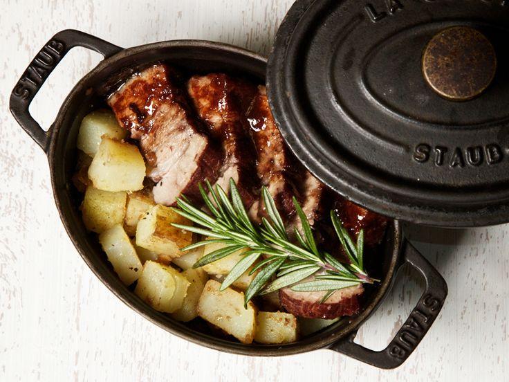 2月の「staub」公式コラボメニュー 『豚肉の赤ワイン煮込み』のレシピ 材料(3~4人前) 使用ストウブ:ピコ・ココット オーバル 27cm 豚バラ肉...800g  玉ねぎ...1個  トマト....