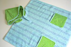 Tag 415: Gastbeitrag – Badeponcho Alte Handtücher und Bademäntel muss man nícht wegschmeißen, wenn die Farbe etwas verwaschen ist – man kann sie ganz einfach in der Waschmaschine einfärben. Und es gibt richtig tolle Farben zu kaufen! Einem Handtuch habe ich einfach eine Kapuze verpasst und ein paar Taschen. Jetzt kann der Sommer kommen!