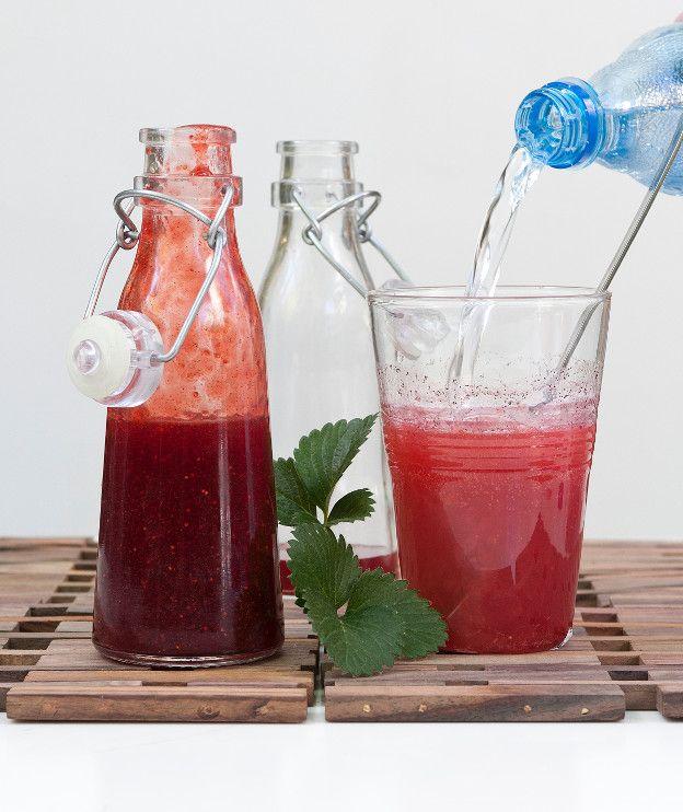 500 γρ. φρέσκες φράουλες (καθαρό βάρος – πλυμένες και καθαρισμένες) 450 γρ. ζάχαρη 3 αστεροειδείς γλυκάνισοι (σε μπαχαράδικα) 1 ξυλάκι κανέλας 1 κλωναράκι βανίλιας