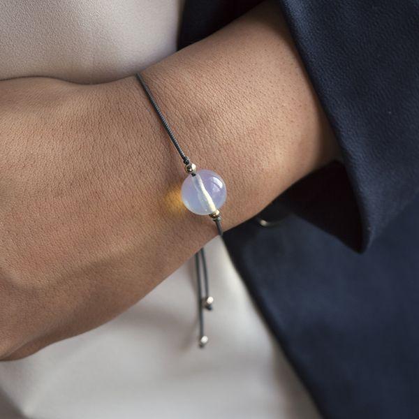 Pulsera de macrame con piedras semipreciosas, a elegir entre ojo de tigre o piedra luna.Todos los detalles de la pulsera son de Plata de Ley 925.