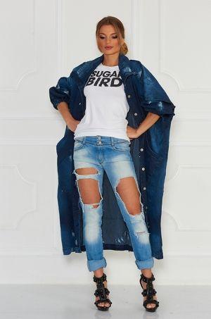 Jedinečný oversize rifľový kabát z kolekcie FOR ME. Kabát má dve hlboké vrecká v prednej časti, možnosť rozopnutia a zapnutia na gombíky v prednej časti. S týmto kúskom sa určite stanete neprehliadnuteľnou.