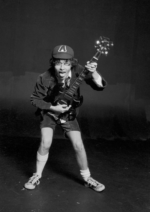 Foto rara do grande Angus Young, tirada durante a sessão de fotos para a capa do primeiro LP do AC/DC lançado internacionalmente, High Voltage, de 1976.