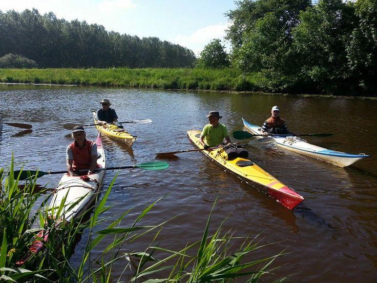 Hemelvaartweekend 2014: nieuwe gasten komen aan per kano en meren af aan de kade van de camping.