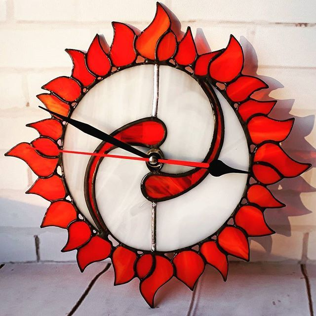 Хмурая осень? 🌧☔ Нет! У нас яркое солнце! ☉ Часики сделаны для замечательного человека @lara_tarolog в её центр Логос. Надеюсь, они будут радовать глаз и всегда подсказывать верное время! #солнце #часы #стекло #витраж #тиффани #подарки #artglass #sun #sova #artboxsova #artboxglass #stainedglass #glass #glassart #art #центрлогоссамара