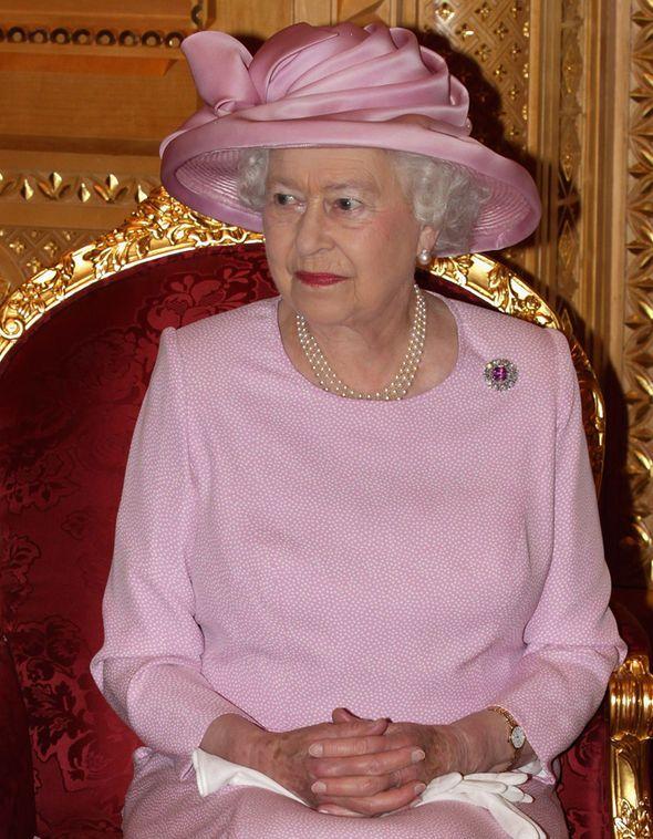 Queen Elizabeth : una persona che sopporta per 50 anni e più  un tale marito merita una medaglia d'oro.