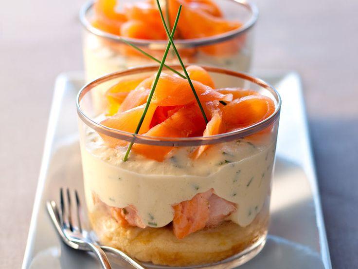 Séparez les blancs des jaunes d'œufs. Coupez le saumon frais en dés de 1cm. Mettez l'huile d'olive à chauffer puis ajouter les dés de saumon...
