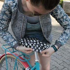 Gratis Anleitung mit Schnittmuster: Der Sattelbezug für den Cityflitzer, das Mountainbike oder das Kindervelo.Die richtige Portion Schutz und Pepp für jedes Fahrrad!