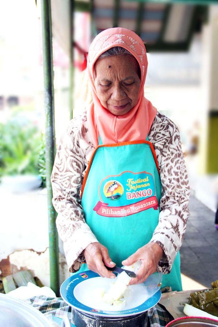 Grandma Yayah making the famous Kupat Tahu Gempol. Photo by Rian Farisa.