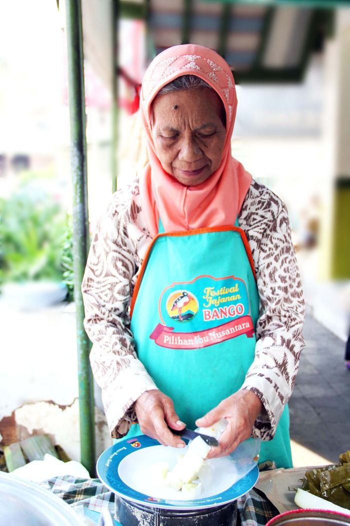 Grandma Yayah making the famous Kupat Tahu Gempol. Photo by Rian Farisa.