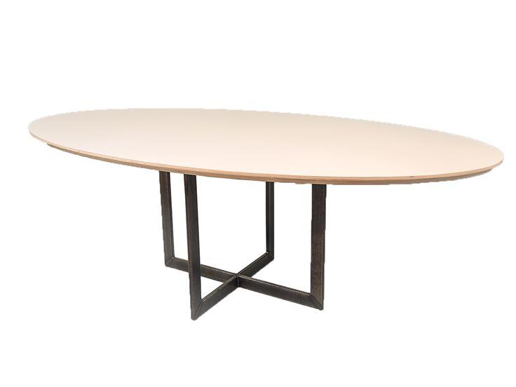 Op zoek naar een ovale eettafel op maat, dan bent u bij de Tafelfabriek aan het juiste adres. Wij zijn de specialist van Nederland op het gebied van ovale eettafels op maat.