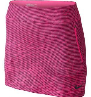 La falda-pantalón Nike Printed Flight para mujer bloquea los rayos nocivos del sol al mismo tiempo que ofrece comodidad y sujeción en el campo.