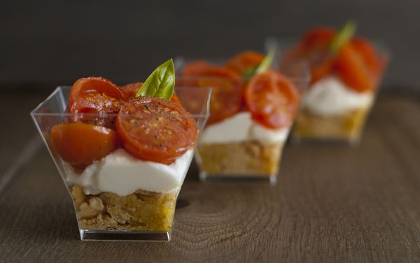 Finger food tricolori: bicchierini con taralli, burrata e pomodorini confit.