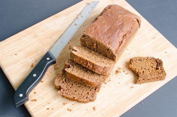 Ontbijtkoek een tussendoortje met veel suiker en e-nummers. Maar dit is een recept voor gezonde ontbijtkoek zonder suiker en melk.