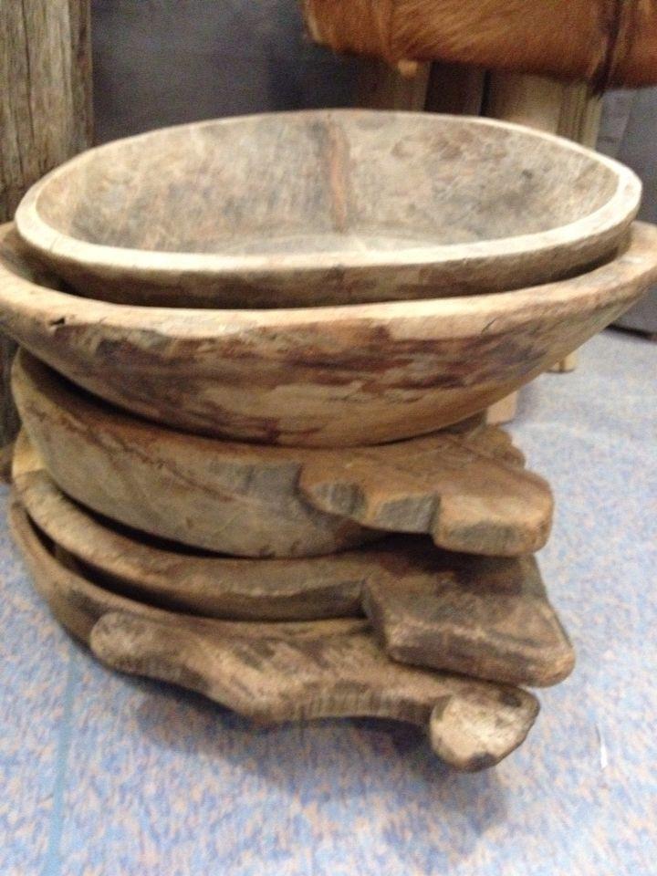 Oude doorleefde houten schalen