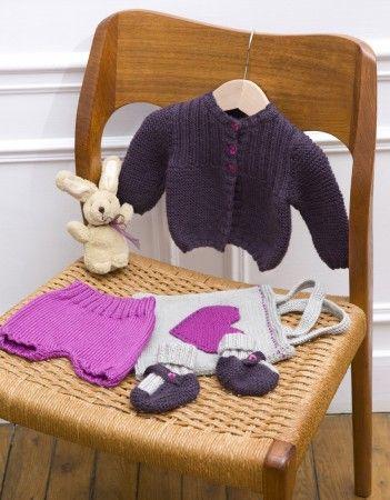 Un ensemble cardigan, chaussons et bloomer tricoté au point mousse, au point jersey et côtes2/2. Et petit sac avec cœur tricoté et appliqué.