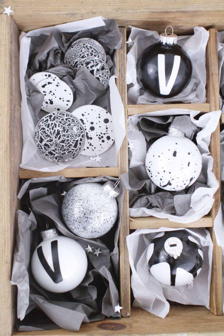 DIY Weihnachtsdeko selber machen: Anhänger für Weihnachten selber machen. Typografie trifft schwarz / weiß Trend am Weihnachtsbaum! Monochromen Weihnachtsbaumschmuck einfach selber gestalten. Mit Sprenkeln und Buchstaben wirken die Anhänger richtig stylisch und modern.