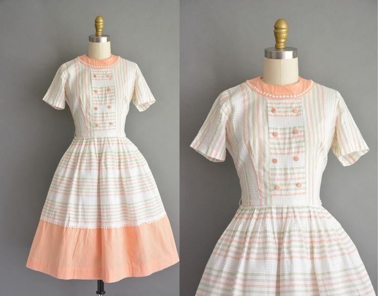 Super leuke vintage jaren 1950 witte katoenen vintage jurk met een mooie abrikoos, bruin en groen streep afdrukken in de gehele, buste Darten met een vleiend nipped taille past, gratis volledige rok, terug metalen rits sluiting.  ✂---M E EEN S U R E M E N T S---  best past: kleine  Bust: 35/36 Taille: 26 heupen: open fit totale lengte: 39  materiaal: katoen voorwaarde: uitstekend _______________________________  ☆ Layaway is beschikbaar voor dit item! ☆ Express verzending is beschikbaar…