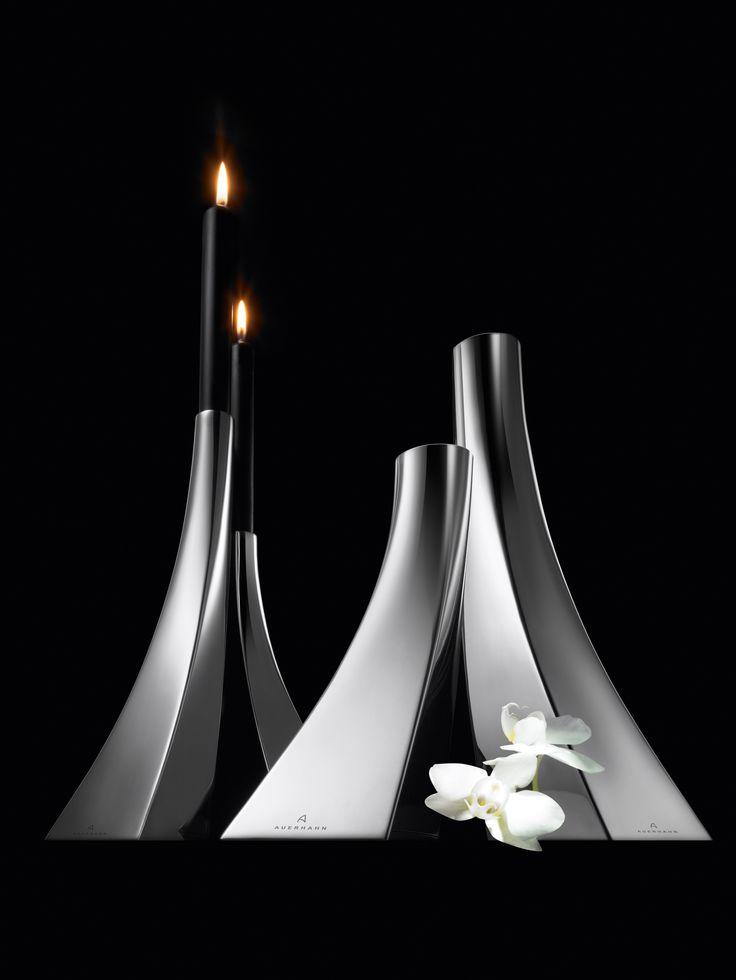 Elegancki wazon z serii Diva niemieckiej marki Auerhahn. Produkt został wykonany z wysokiej jakości matowej stali nierdzewnej. Asymetryczny kształt wazonu świadczy o jego nowoczesności. Wazon doskonale komponuje się zarówno w nowoczesnych jak i klasycznych wnętrzach.
