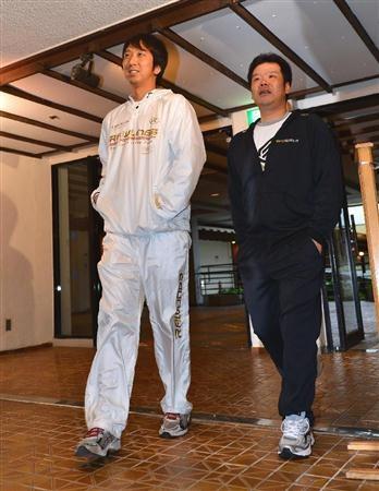 全体ミーティングの会場へ向かう阪神・藤井彰人と藤川球児(左)=恩納村内のホテル