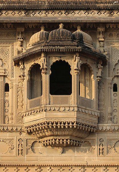 File:Maheshwar Fort - Jharokha 02.jpg
