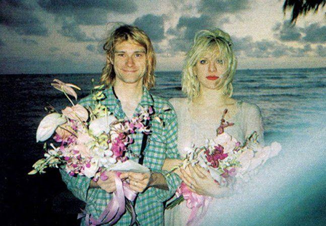 Um dos mais conturbados, comentados, debatidos e questionados casamentos da história do rock, quem diria, foi celebrado em uma cerimônia simples, com somente oito pessoas presentes, diante de um espetacular pôr-do-sol em uma praia no Havaí. Quando Courtney Love descobriu que estava grávida de algumas semanas de Kurt Cobain, o líder do Nirvana aproveitou uma turnê de sua banda pelo Pacífico para oficializar a união. Nenhuma foto foi parar nos jornais ou na internet, nenhum paparazzi sequer…