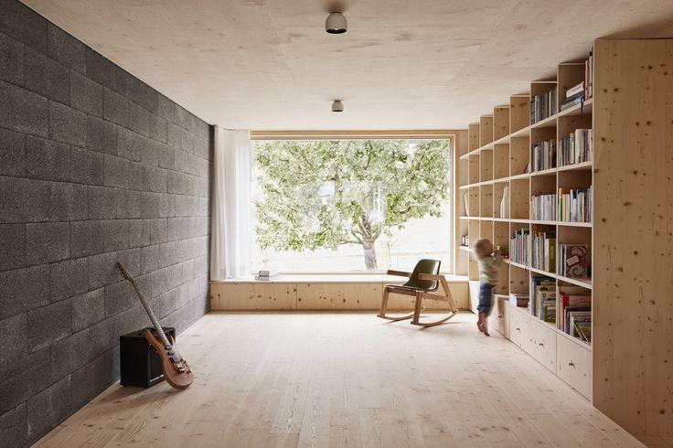 Domowa biblioteczka, pokój do czytania, pokój do gry na gitarze, regał na ksiązki, drewno. Zobacz więcej na: https://www.homify.pl/katalogi-inspiracji/14691/domowe-biblioteczki-i-pokoje-do-hobby