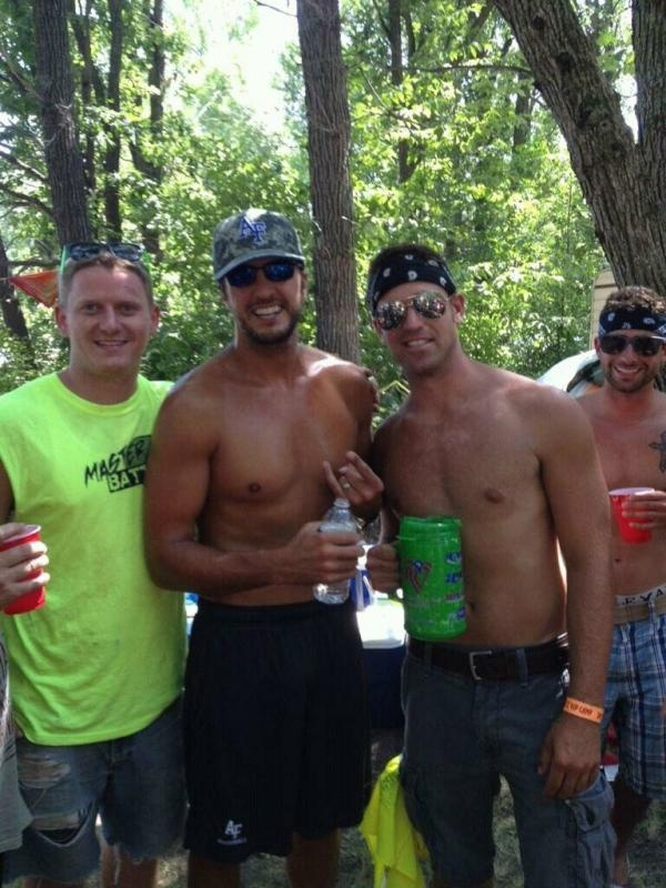 Finally A Shirtless Picture Its Everything Ive Hoped For D Lukebryan Luke Bryan Country Men Country Musicians Country Artists