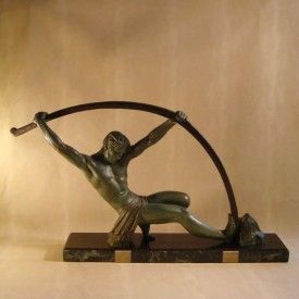 #Chipraus#Skulptur#Athlet#Bogenbieger#ArtDeco#WandelAntik#Düsseldorf  02622 – Chiparus Skulptur: Athlet beim Bogenbiegen Art.Nr.: 02622  Die Art Deco Zinkguss-Skulptur stammt von dem Bildhauer Demetre Haralamb Chiparus, dessen Signatur auf der Marmorplinthe zu erkennen ist. Dargestellt ist ein Athlet, der sich gegen einen Stein stützt und mit Armen und Bein den Bogen über sich biegt.  Maße: L86 x B15,5 x H52 cm, Plinthe: L75 x B15,5 x H5 cm
