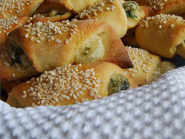 Croissants di patate e sesamo ripieni di formaggio