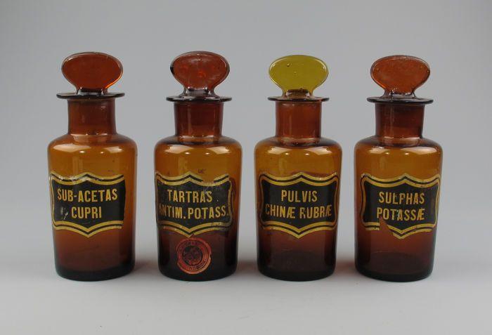 Lot van 4 gote antieke glazen Apothekers potten met labels - een met giftig label, circa 1900.