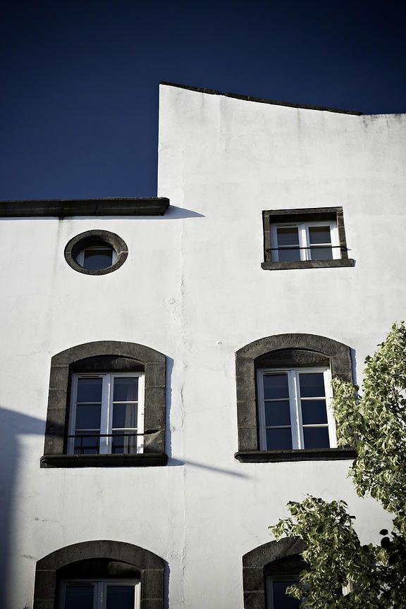 Photothèque Arnaud Frich   Façade blanche d'un immeuble de Clermont Ferrand