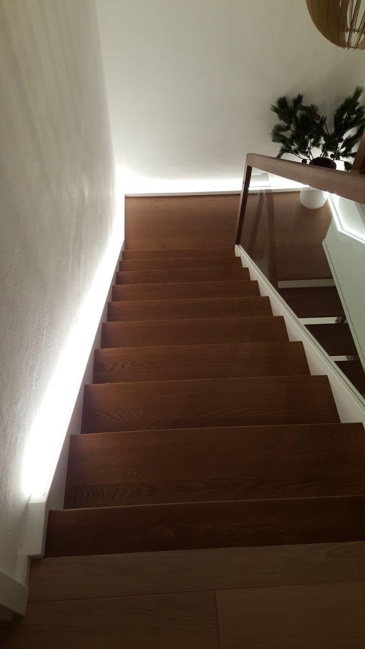 Treppenhausbeleuchtung Mit Led Strips Hoch Effiziente Beleuchtung In Moderner Umsetzung Treppenhaus Beleuchtung Treppe Haus Haus