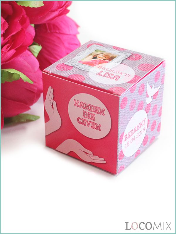 Deze kleine kubusdoosjes worden geheel bedrukt in jouw favoriete ontwerp. Er kan zelfs een mooie foto van jouw op verwerkt worden. Deze kleine doosjes zijn dan ook te leuke Communie bedankjes om familie en vrienden mee te bedanken! Daarnaast worden deze leuke doosjes ook nog eens gevuld met jouw favoriete snoepgoed !