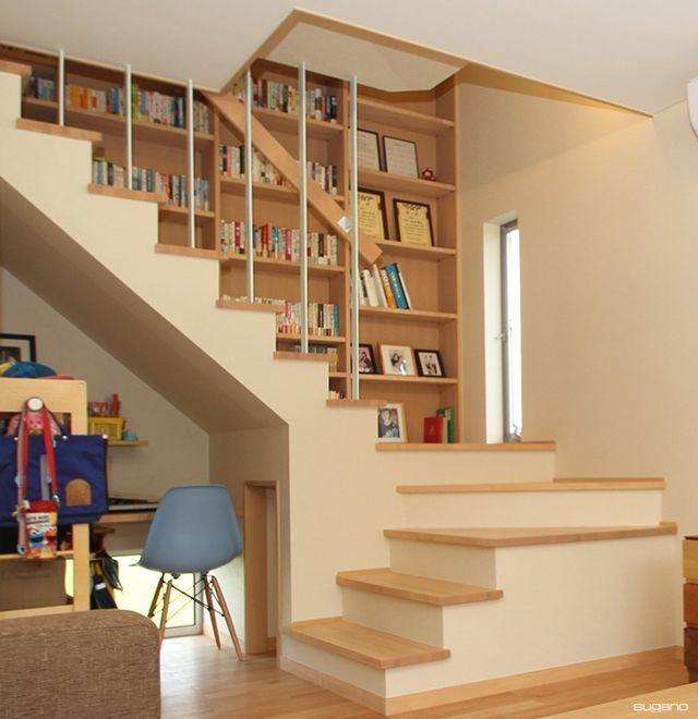 階段横には壁一面に本棚を造り付け 和風住宅 住宅 家づくり 階段