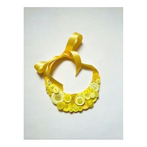 Collana girocollo gialla con bottoni incollati su base in feltro, chiusura con nastrino di raso_by_RossellaCreazioni