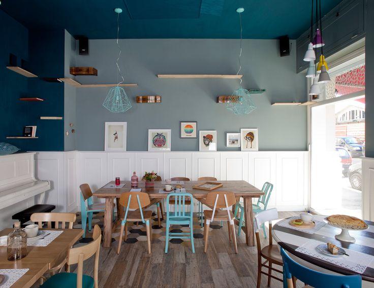 Stěny bistra jsou vymalovány v bledě a tmavě modré, dřevěné obklady mají stejně jako piáno barvu bílou.
