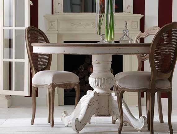 Mesa redonda disponible en 130 o 150cm de diámetro. Base en blanco roto y sobre en roble macizo.
