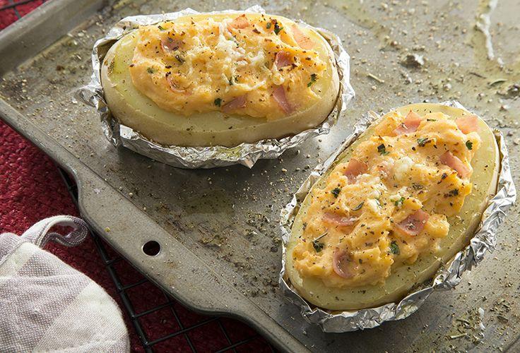 ¿Qué tal si preparas unas deliciosas papas rellenas de jamón al chipotle para acompañar cualquiera de nuestras recetas a la hora de comer