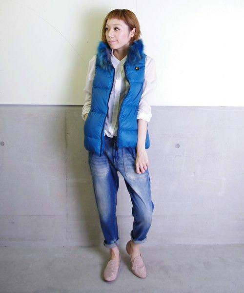 鮮やかな青が爽やか。春夏ファッションのダウンベストコーデを集めました!