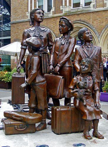 El (transporte hijos) escultura Kindertransport encuentra fuera de la estación de tren de Liverpool Street, en el centro de Londres, en memoria de los 10.000 niños judíos que escaparon a Inglaterra desde los nazis ocuparon Europa durante la Segunda Guerra Mundial.