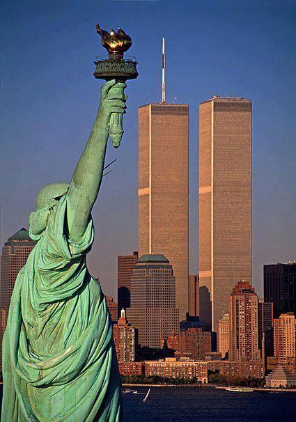 Las extintas Torres Gemelas y Estatua de la Libertad, en Nueva York.